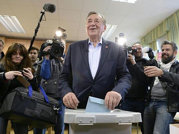 Lugner bei der Stimmabgabe