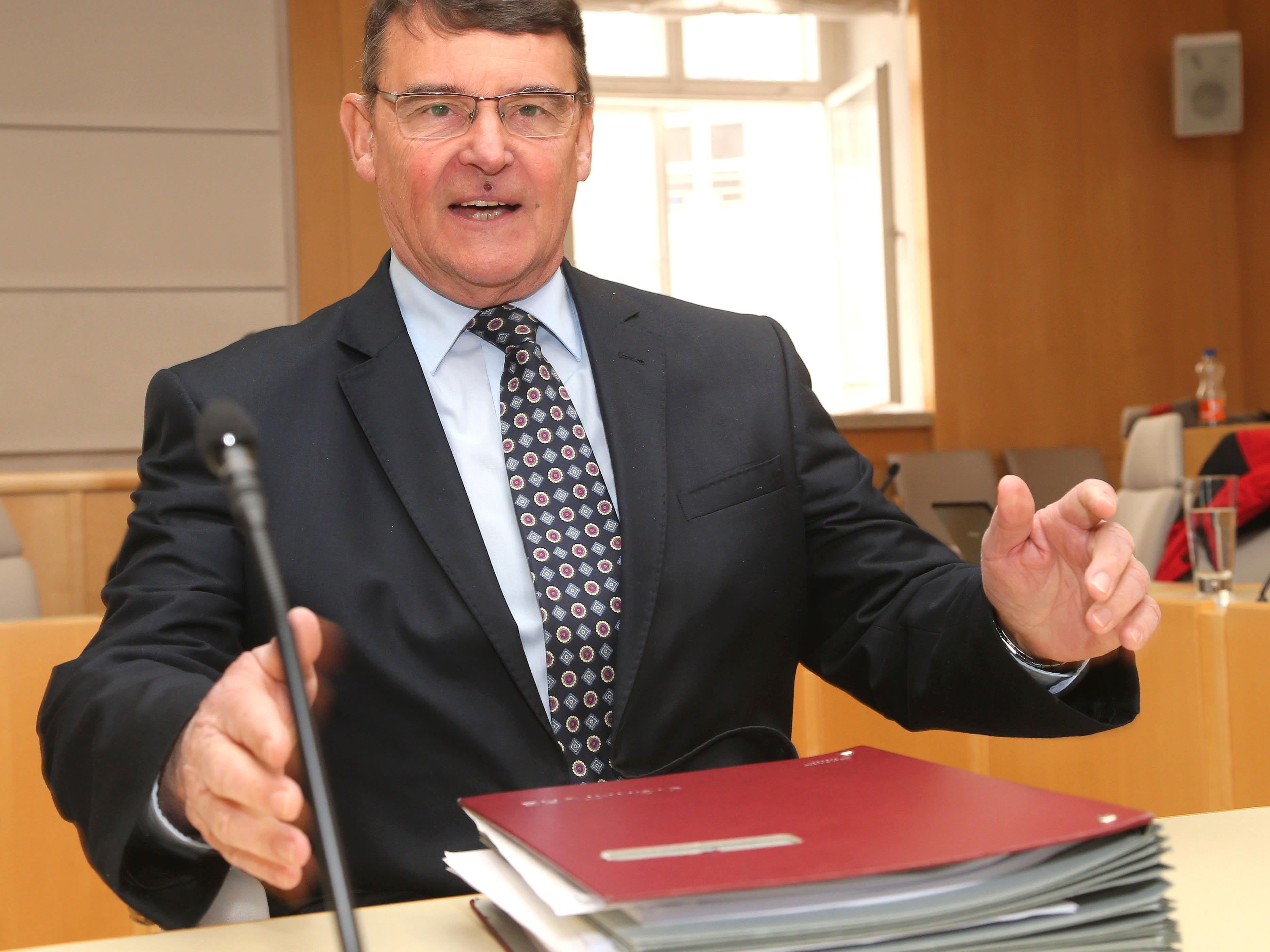 Der ehemalige Finanzreferent und LHStv. Othmar Raus am Freitag, 22. Februar 2013, vor Beginn des Untersuchungsausschusses des Salzburger Landtags zur Klärung des Salzburger Finanzskandals in Salzburg.