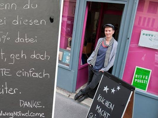 Die Caféhausbesitzerin mit ihrem Schild.