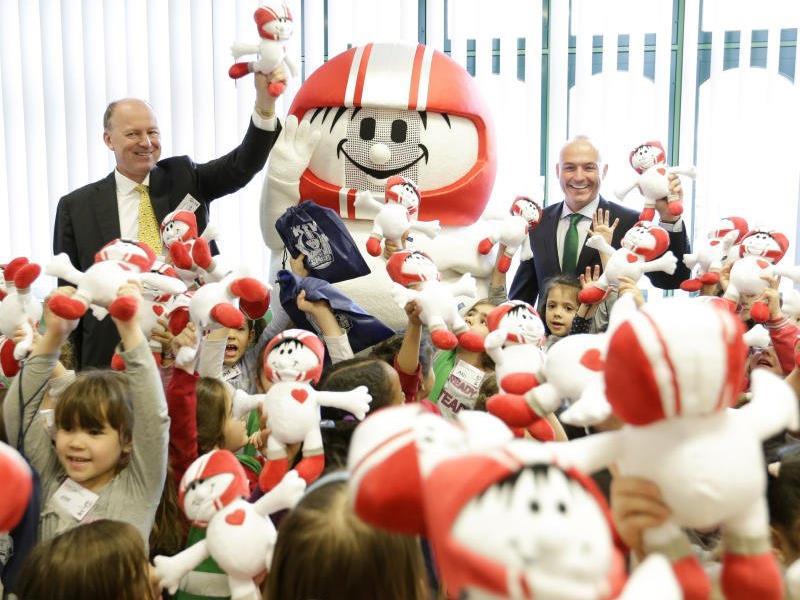 Mädchen jeden Alters machten beim Girls' Day mit. Hier mit Verkehrsminister Gerald Klug (SPÖ) (r.).