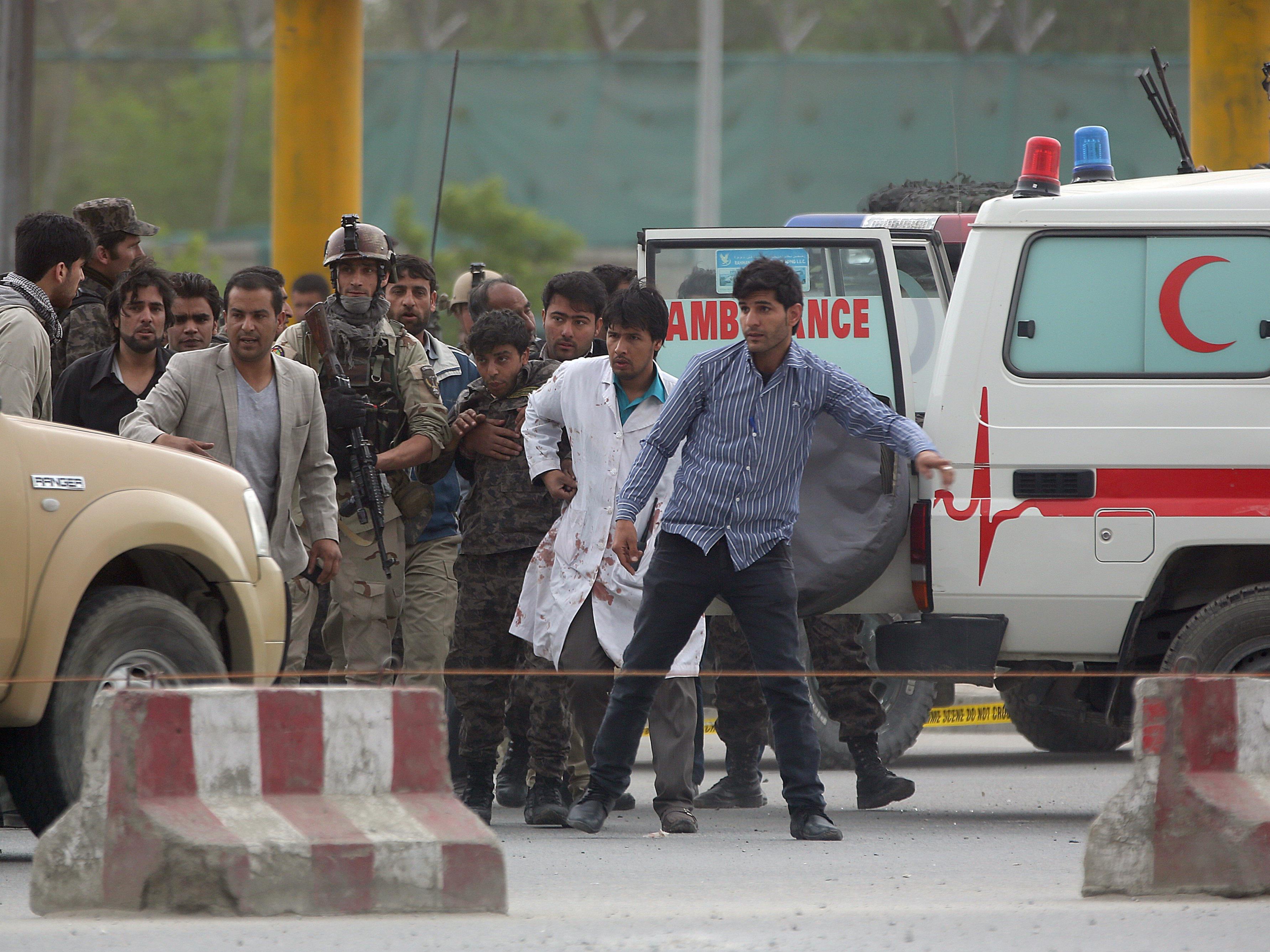 Nach einer schweren Bombenexplosion in der afghanischen Hauptstadt Kabul steigt die Zahl der Verletzten dramatisch.