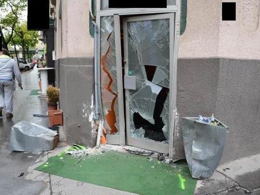 Die Eingangstüre des Lokals nach dem Unfall.