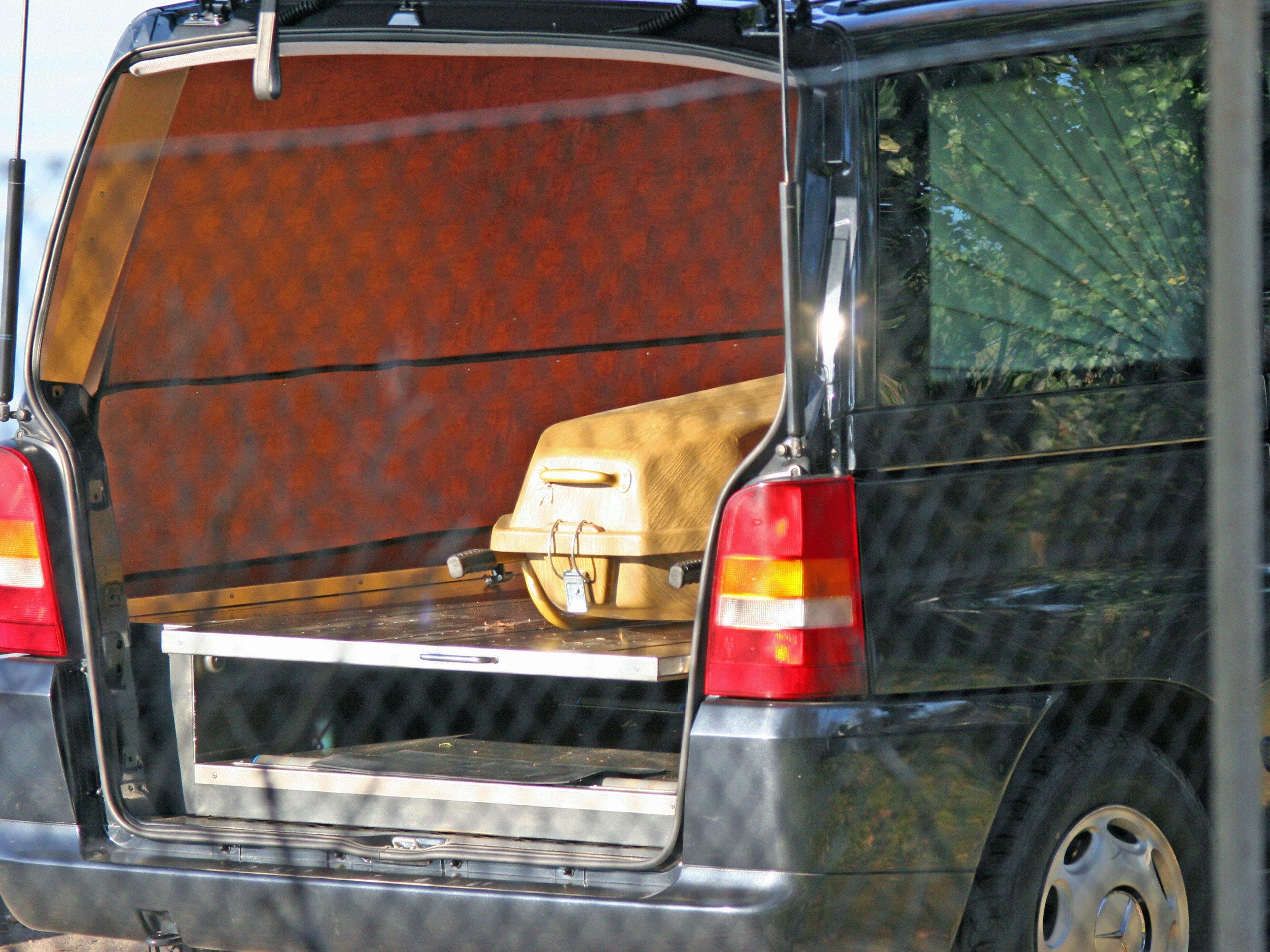 In München vermisst und gefunden: ein polnischer Leichenwagen mit einer toten Frau an Bord.