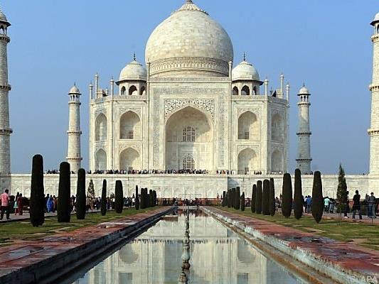 Das berühmte Monument ist mit grünen Flecjen übersät