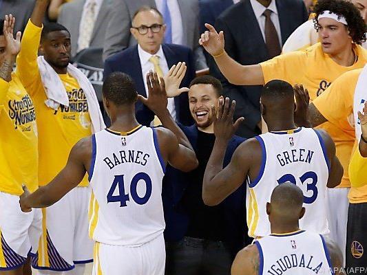 Curry hat auch als verletzer Teil des Teams gut lachen