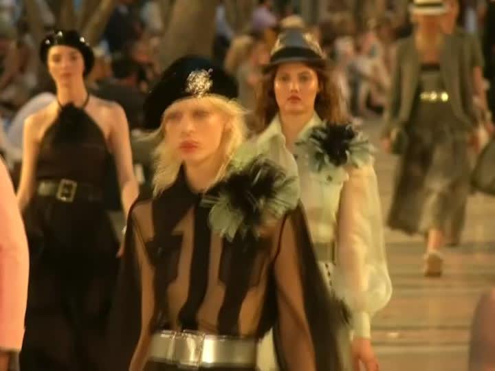 Die Models liefen über einen Open Air Catwalk.