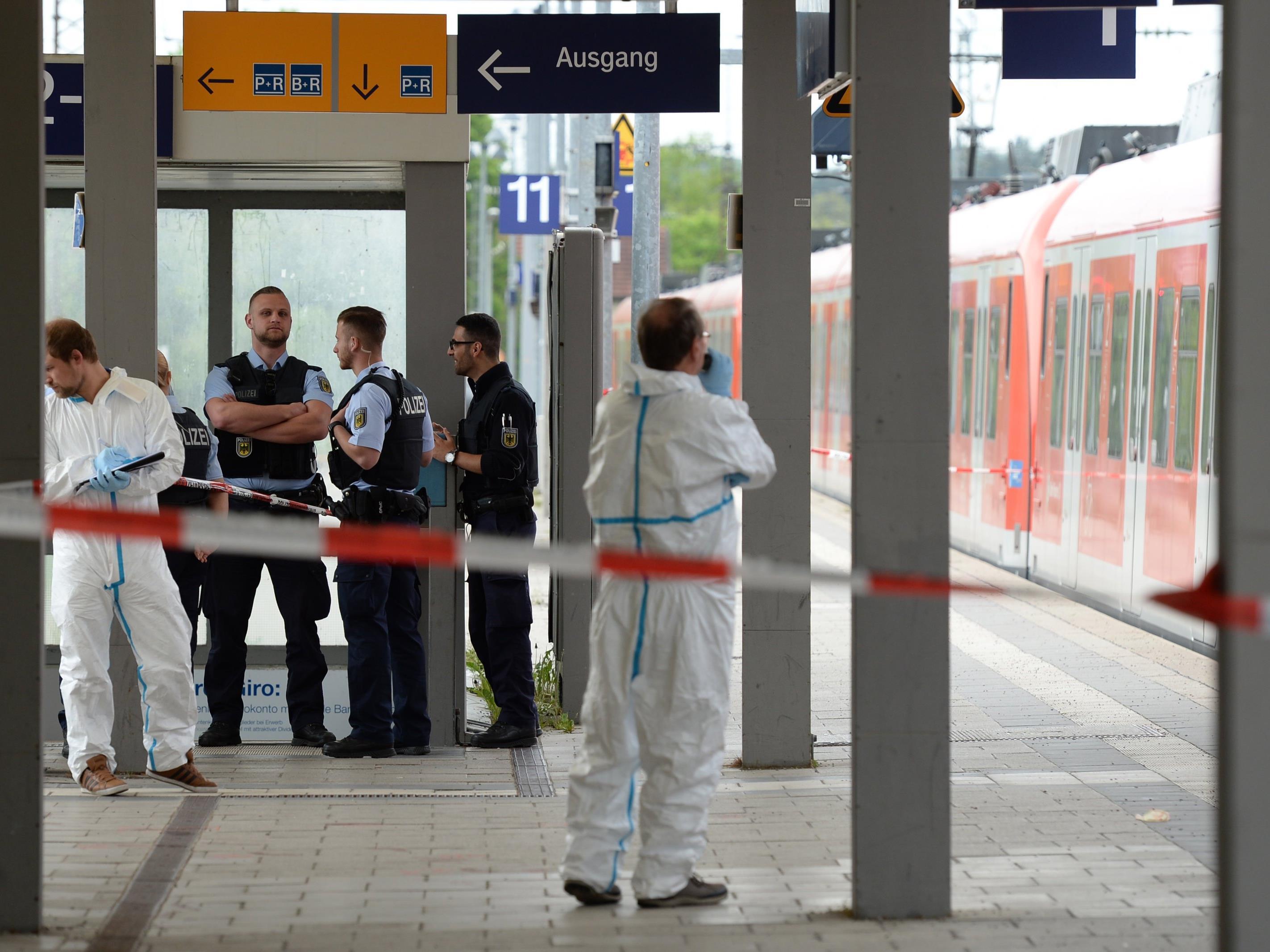 Bei einer möglicherweise politisch motivierten Messerattacke am Bahnhof der Stadt ist ein Mann getötet worden und drei verletzt.