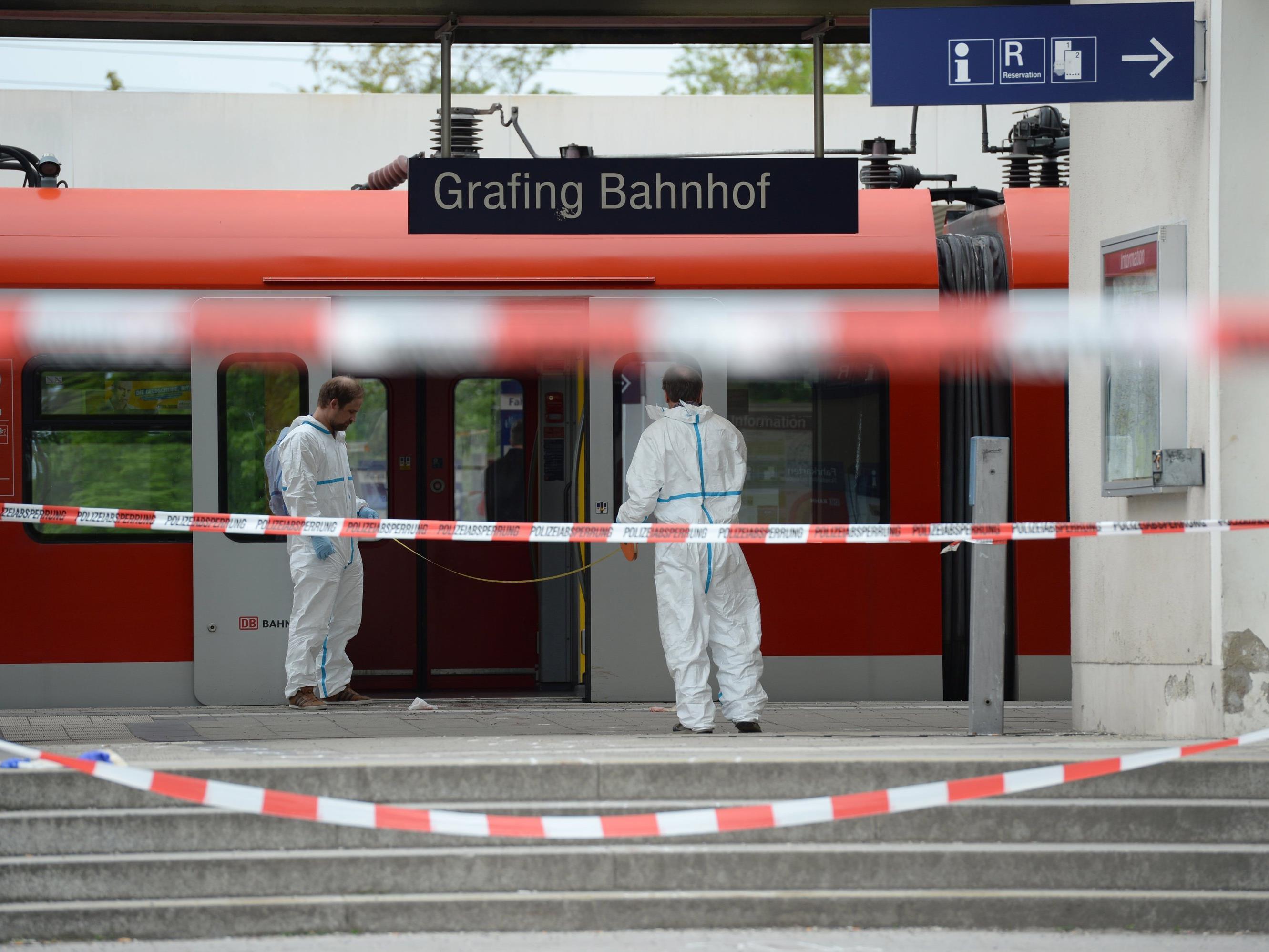 Die Messerattacke am Bahnhof in Grafing, beio der am Morgen eine Person getötet und drei Menschen verletzt wurden, hat wohl keinen islamistischen Hintergrund.