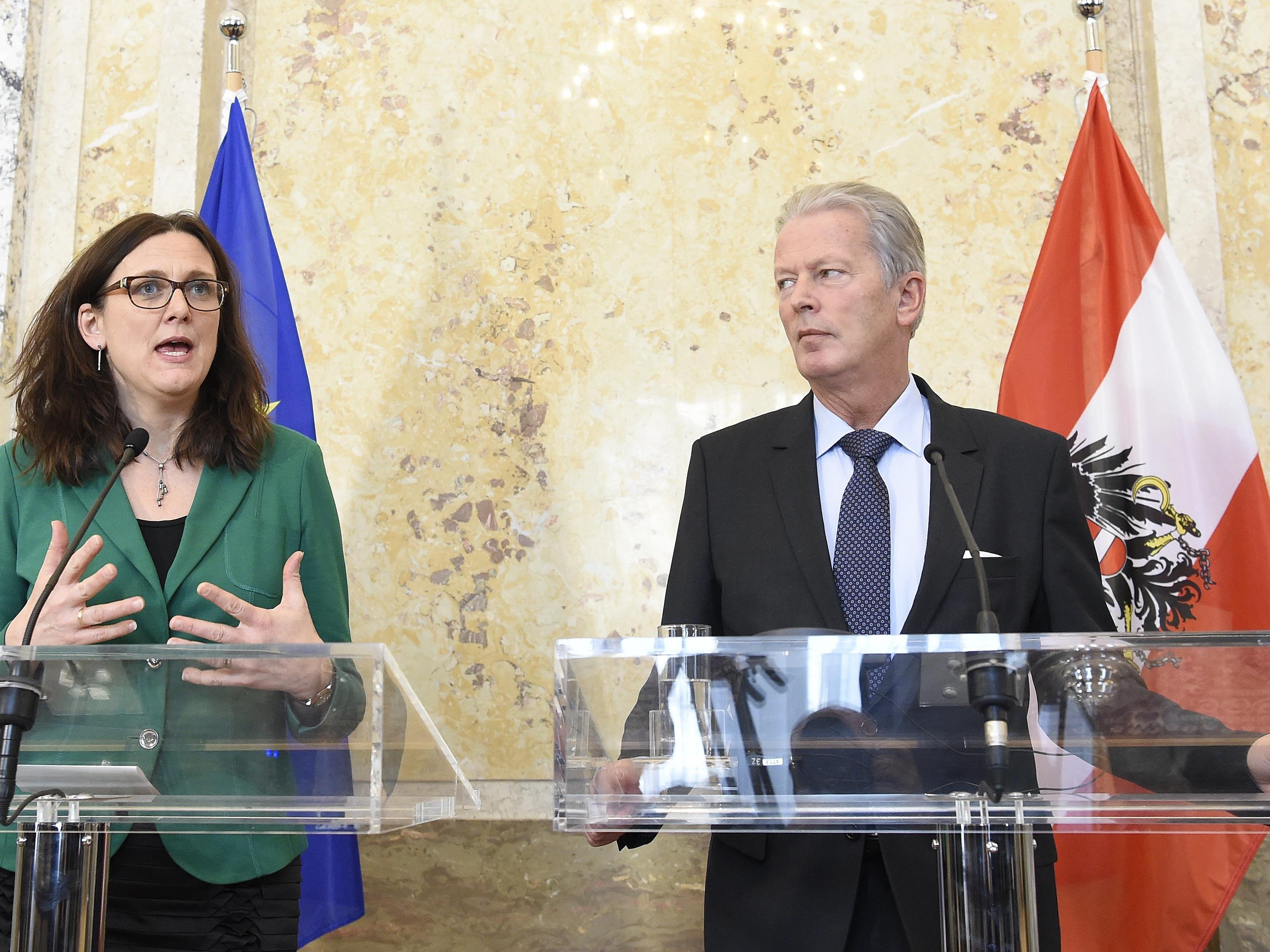 Die TTIP-zuständige EU-Kommissarin Cecilia Malmström und Wissenschaftsminister Reinhold Mitterlehner (ÖVP)