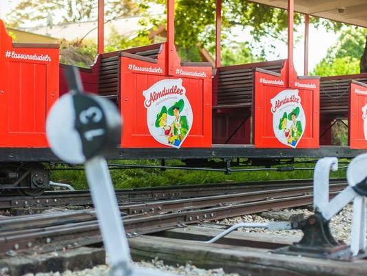 Die Liliputbahn im Wiener Prater zeigt sich im Almdudler-Look.