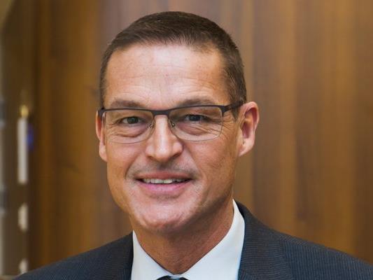 Landesrat Christian Bernhard betont die Wichtigkeit von Selbsthilfegruppen für das GEsundheits- und Sozialnetz in Vorarlberg.