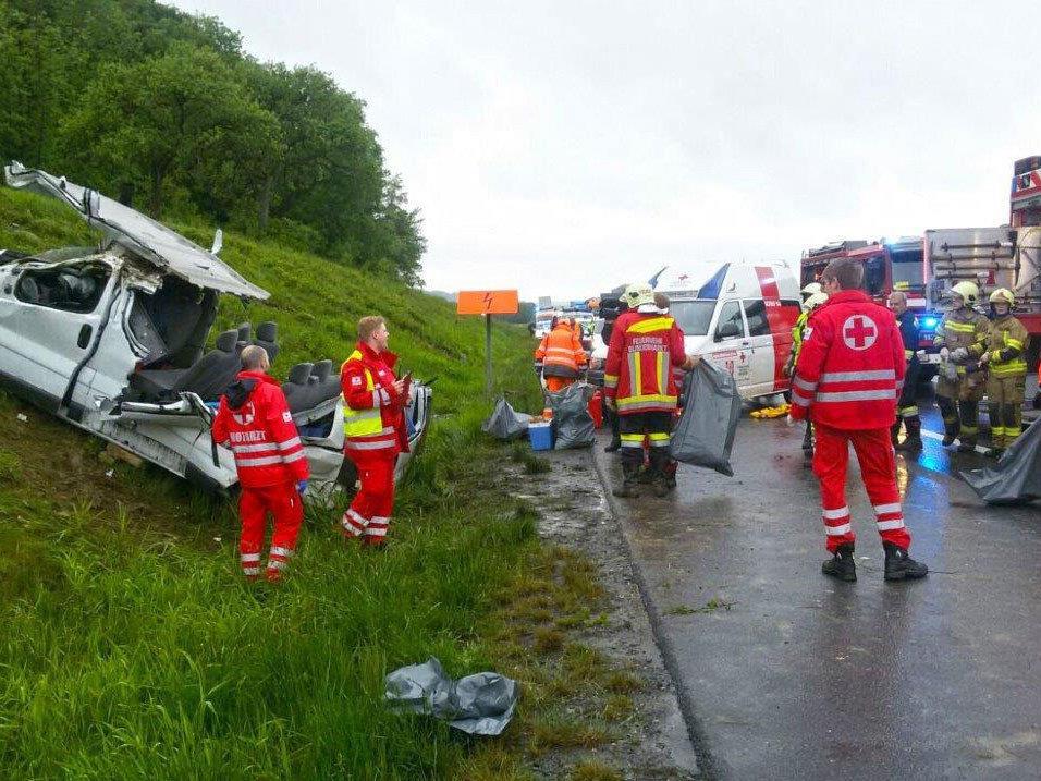 Der schwer beschädigte Kleinbus auf der A1.
