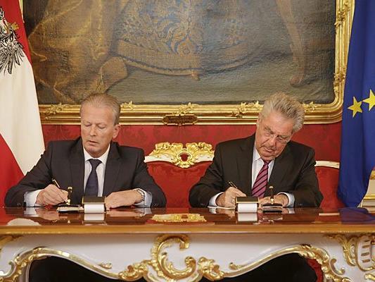 Heinz Fischer (r.) betraut am Montag, 09. Mai 2016, Vizekanzler Reinhold Mitterlehner (l./ÖVP) mit der Führung der Geschäfte des Bundeskanzlers in der Wiener Hofburg