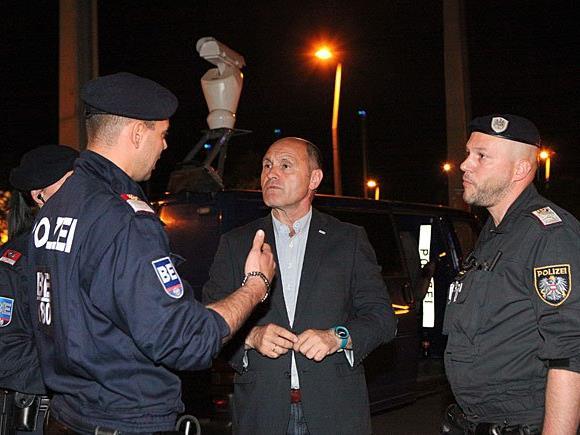 Innenminister Sobotka (M.) machte sich vor Ort persönlich ein Bild von der Arbeit der Polizisten