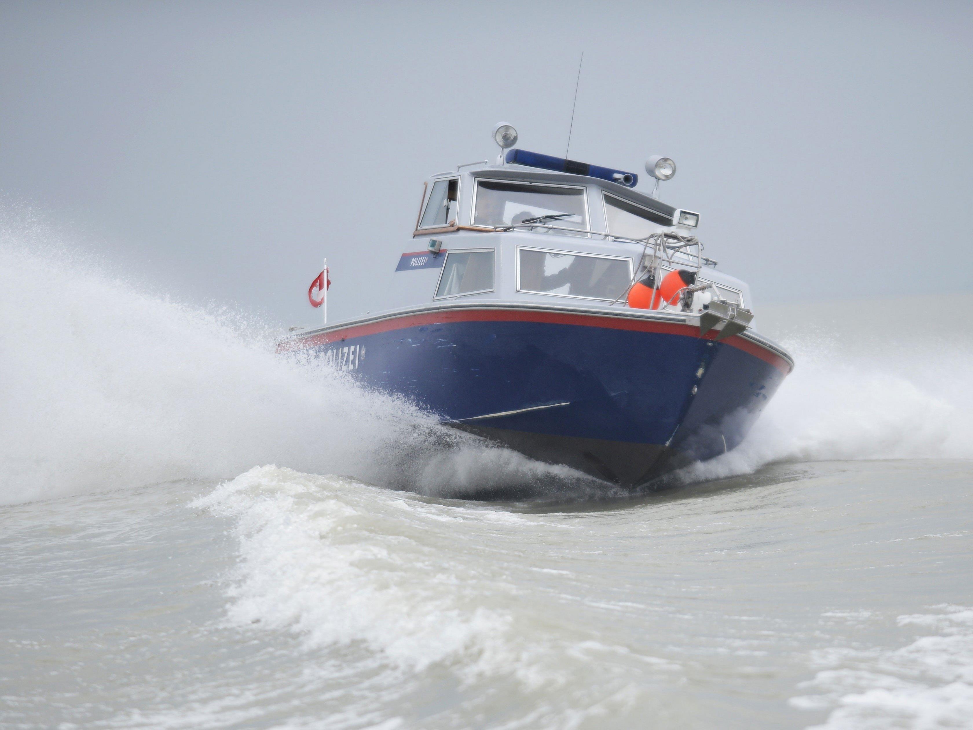 Die Besatzung eines Polizeibootes entdeckte das Segelboot.
