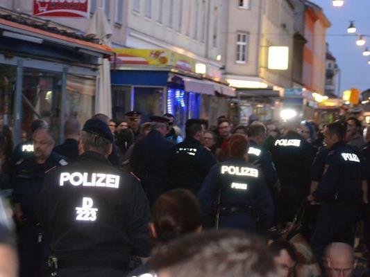 Während dem Großeinsatz der Polizei am Brunnenmarkt wurden zwei Personen festgenommen.