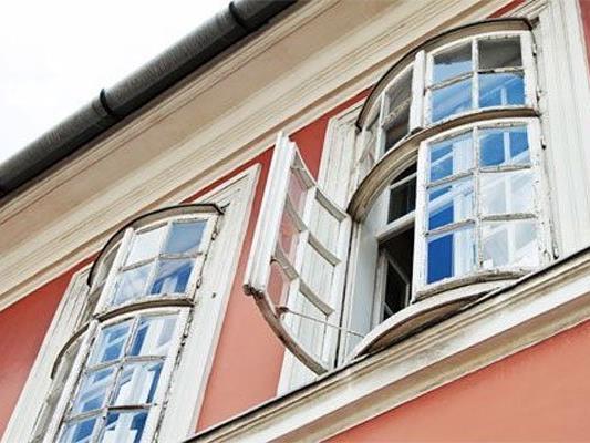 Ein zweijähriges Kind fiel am Mittwochabend aus einem Fenster.