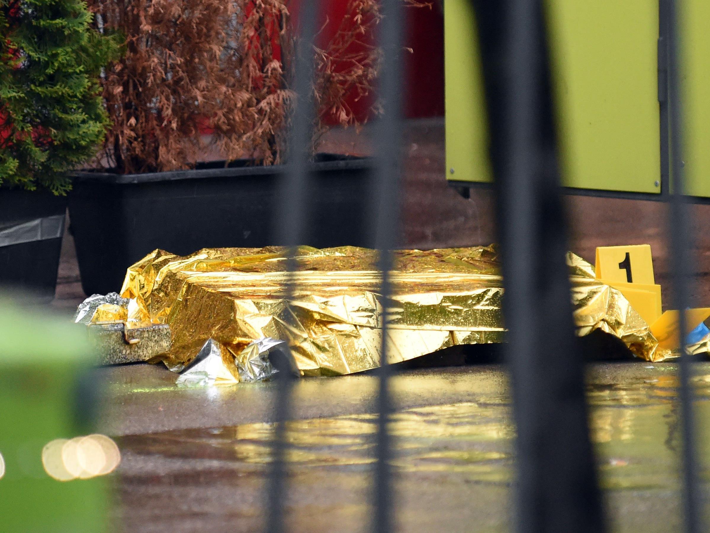 Die erschlagene Frau bedeckt in Wien-Ottakring.
