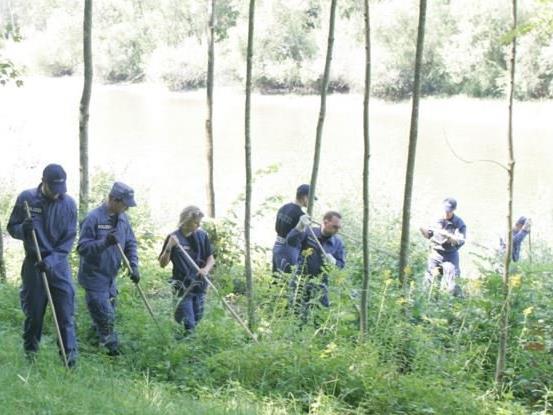 Die Schweizer Polizei sucht das Gebiet großräumig ab.