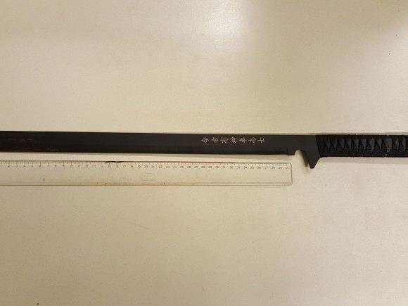Zunächst war ein Bandenmitglied mit einem Schwert schwer verletzt worden.