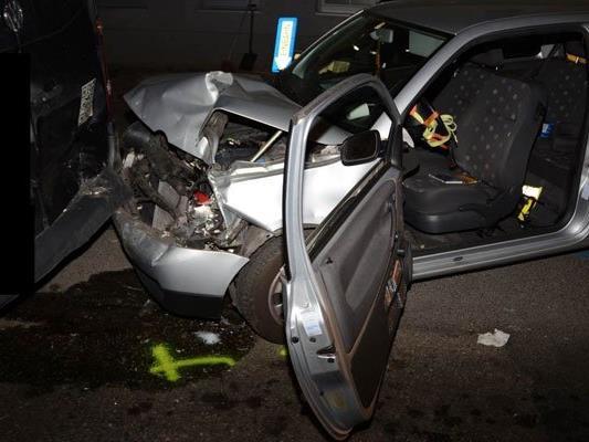 An den Fahrzeugen entstand schwerer Schaden.