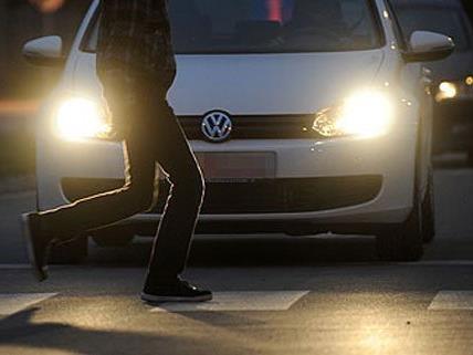 Die Frau sagt aus, im Auto von drei Männern belästigt worden zu sein.