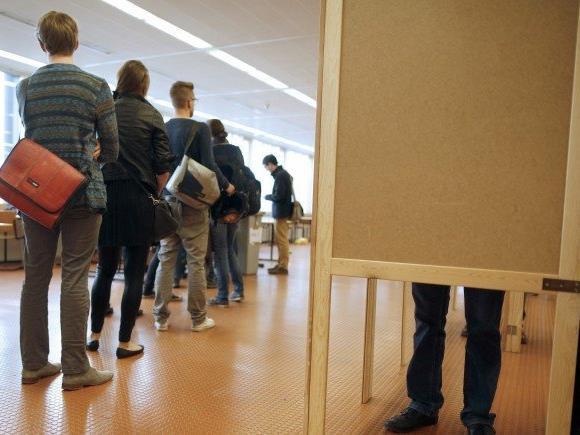 Bis 16 Uhr sind die Wahllokale im Schnitt im Einsatz.