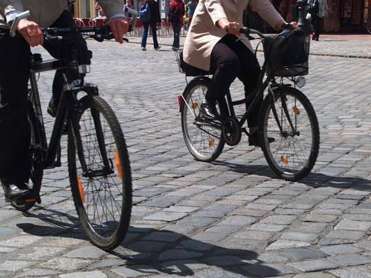 Viele Autofahrer steigen in ihrer Freizeit auf das Fahrrad um.