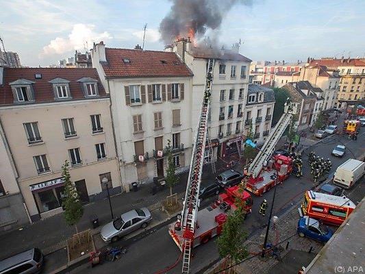 Lodernde Flammen und viele Einsatzfahrzeuge