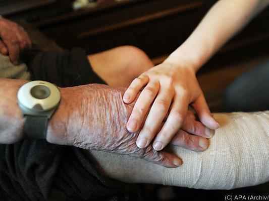 Pflegerin bestahl die alten Menschen um Schmuck und Bargeld