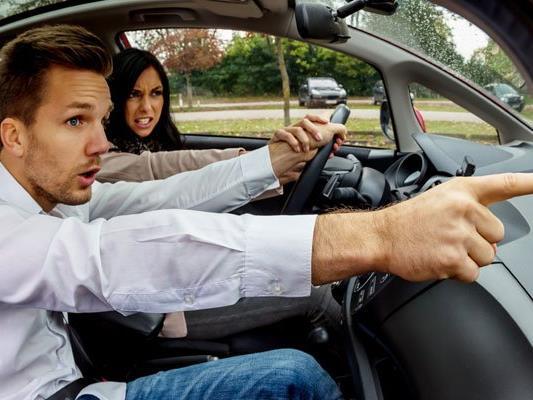 Zoff im Auto ist bei Pärchen meist vorprogrammiert.