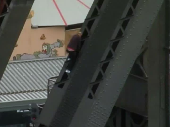Der Mann kletterte auf die Harbour Bridge.