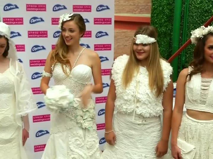 Diese Hochzeitskleider sind aus Toilettenpapier.