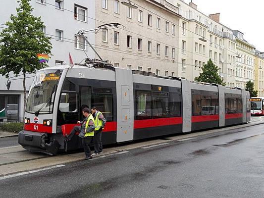An der Unfallstelle: Die Linie 62 konnte nicht weiterfahren