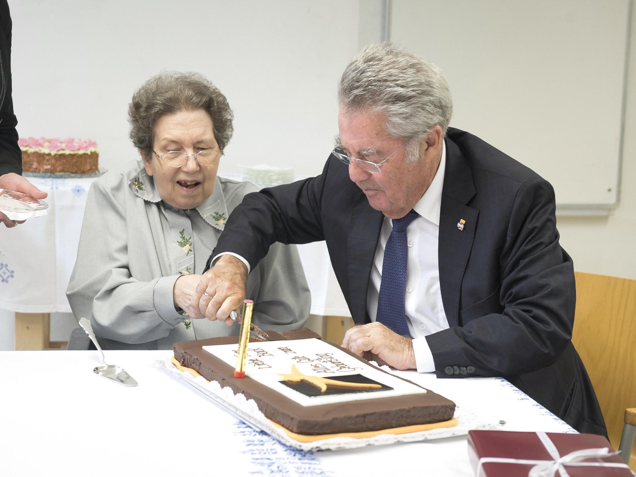 Heinz Fischer brachte Ute Bock einen Kuchen zum 74. Geburtstag mit.