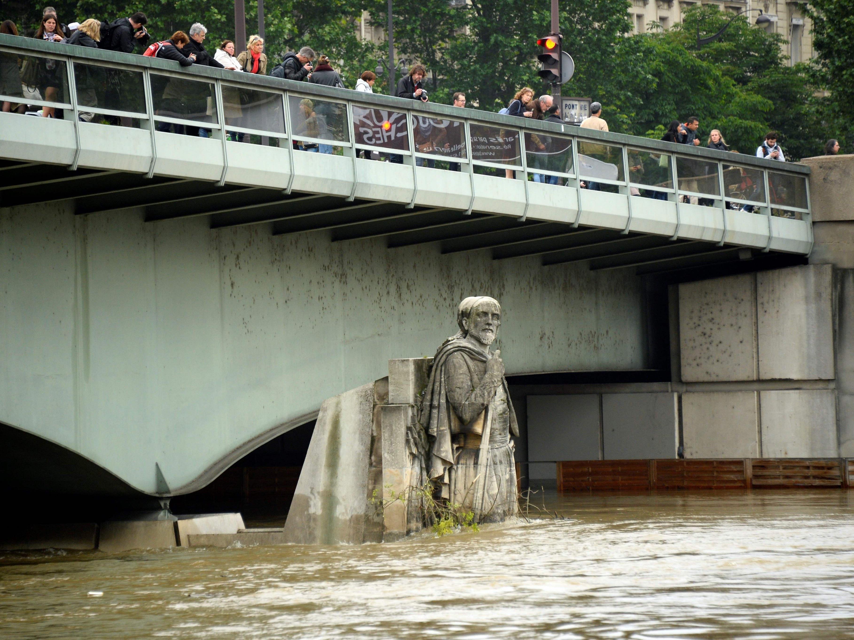 Der Fluss in Paris stieg auf ein Rekordniveau seit 1982.