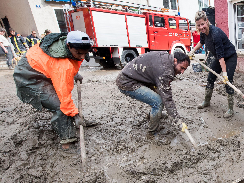 Flüchtlinge haben bei den Aufräumarbeiten in Simbach (Niederbayern) geholfen.