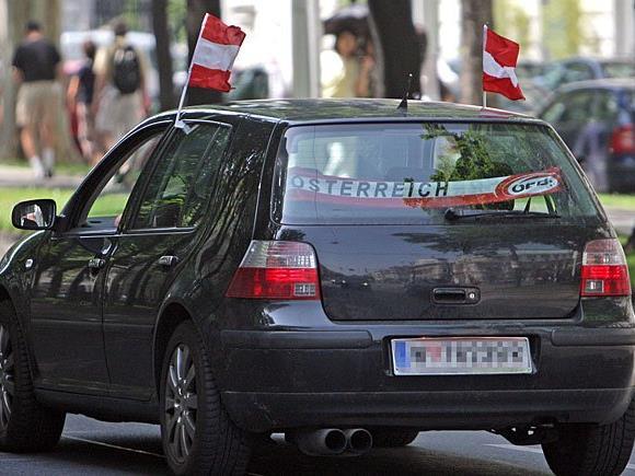 Zur Fußball-EM befestigen zahlreiche Autofahrer diverse National-Fahnen an ihre Fahrzeuge