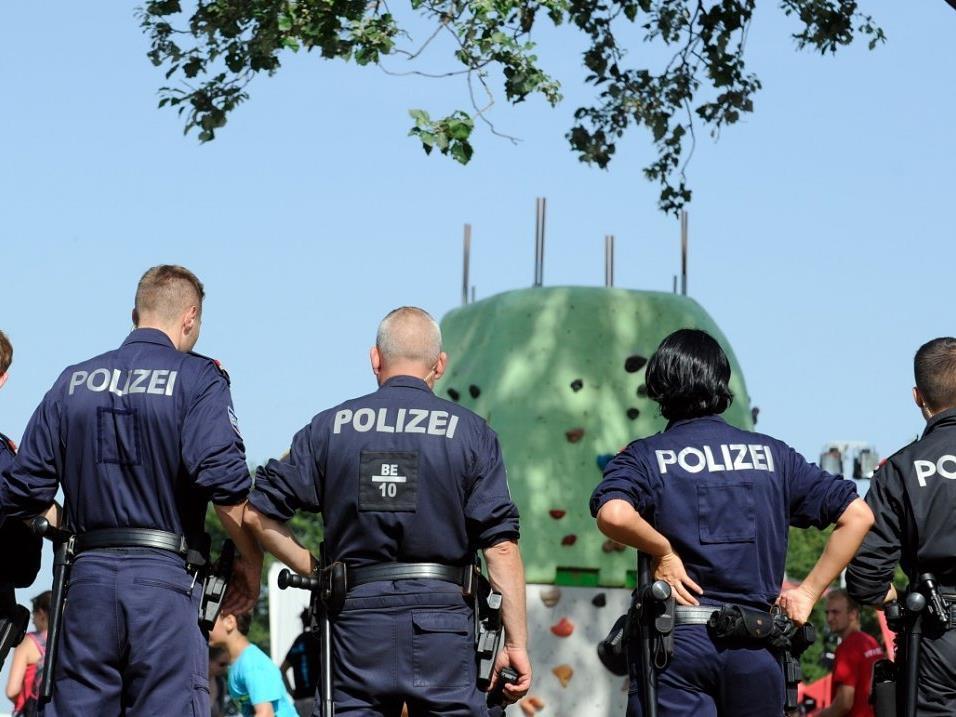 Einsatzkräfte vor Ort kamen den Mädchen zu Hilfe.