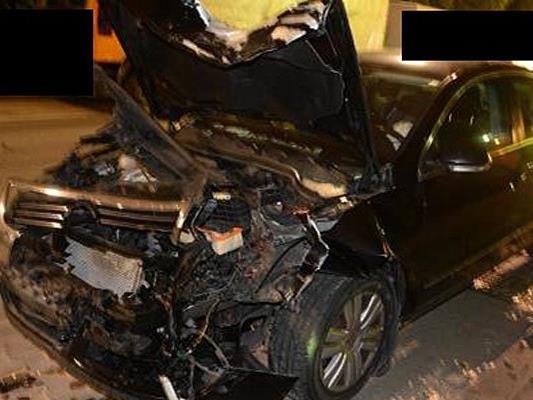 Eines der Unfallfahrzeuge nach dem Crash in Donaustadt