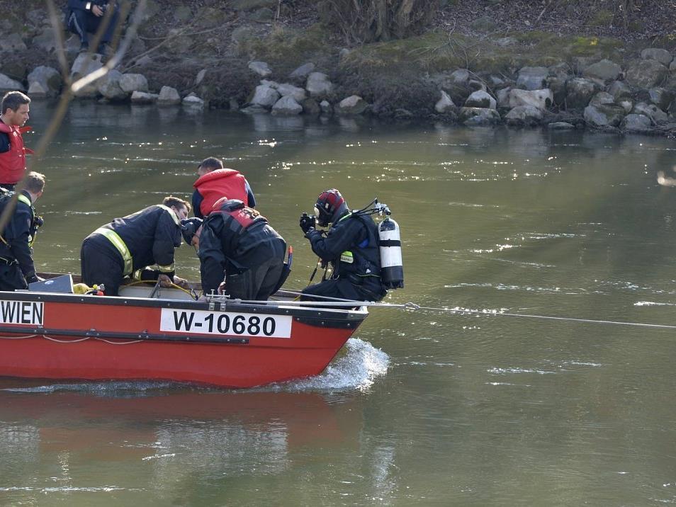Männliche Leiche im Wiener Donaukanal geborgen.