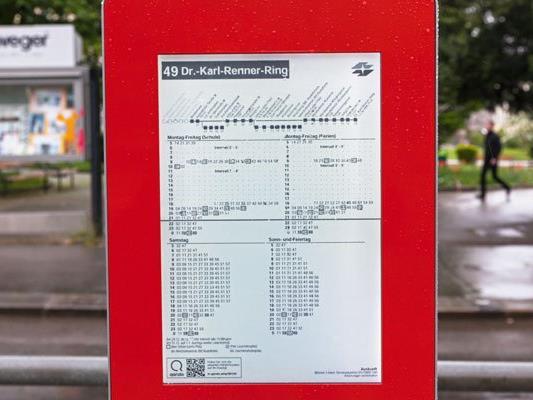 Eine neue E-Paper Anzeige wird an der Station Breitensee der Linie 49 getestet.
