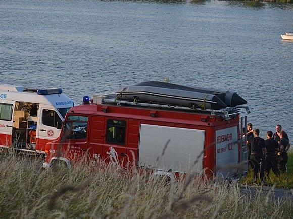 Rettung, Feuerwehr und Polizei im Einsatz beim Versuch, den 18-Jährigen zu retten
