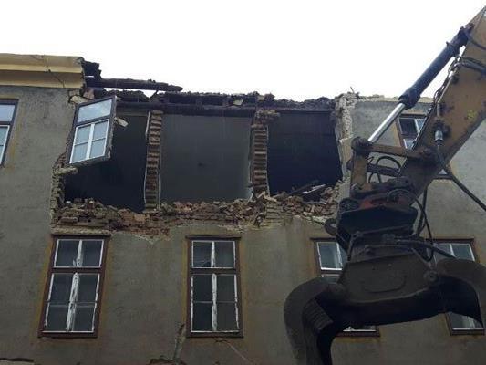 Die Mauerteile fielen direkt auf den Arbeiter.