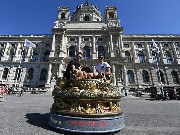 Die überlebensgroße Saliera vor dem Kunsthistorischen Museum (KHM) in Wien
