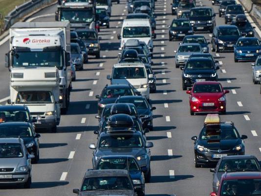 Auf der A23 kommt es derzeit zu zähem Verkehr.
