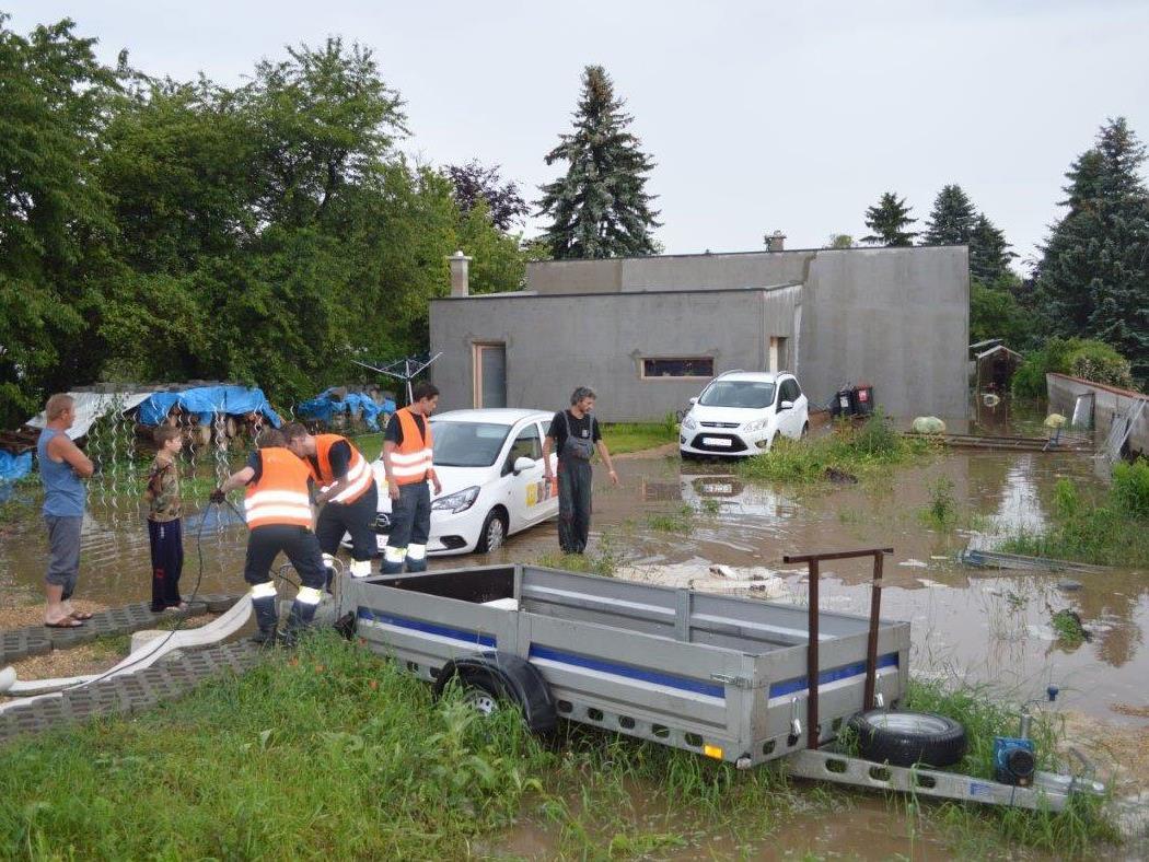 Zahlreiche Keller und Straßen standen in Regelsbrunn unter Wasser.
