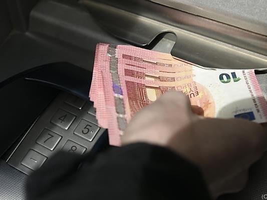 Österreicher ziehen regelmäßig Geld aus dem Bankomat