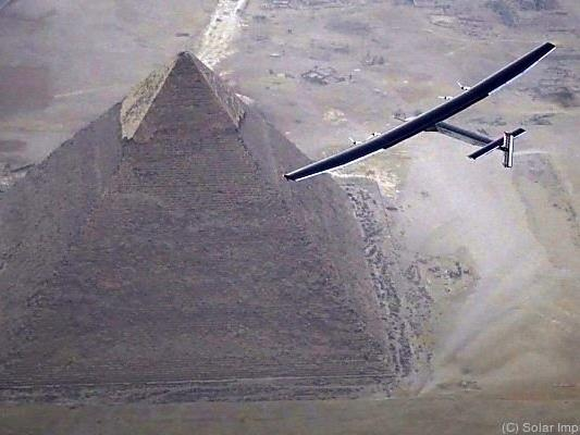 Solar Impulse 2 drehte Ehrenrunde um Pyramiden
