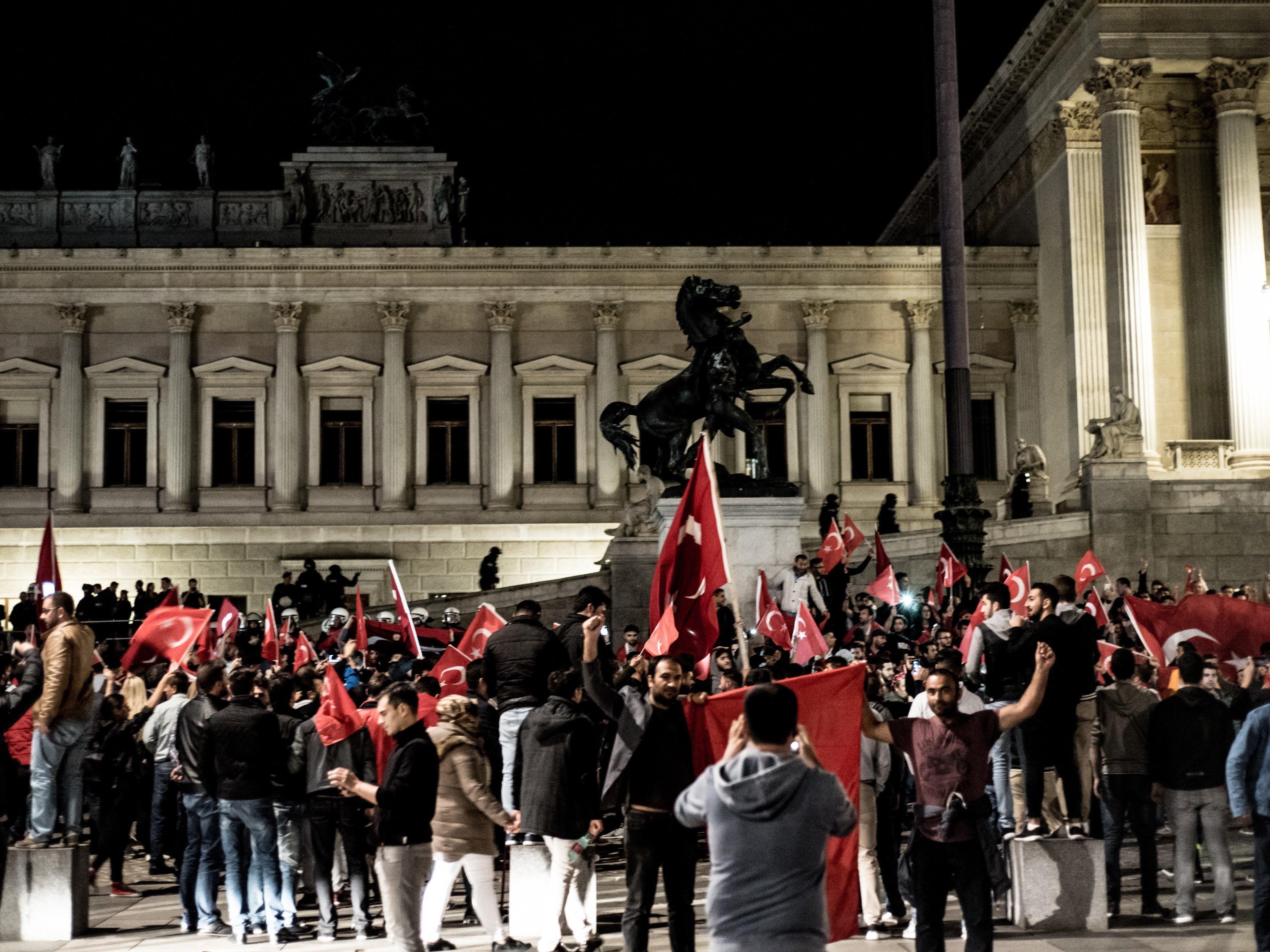 Pro-Erdogan Demonstranten versammelten sich in Wien